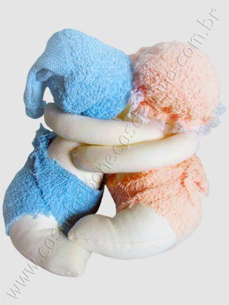 Bonecos gêmeos agarradinhos